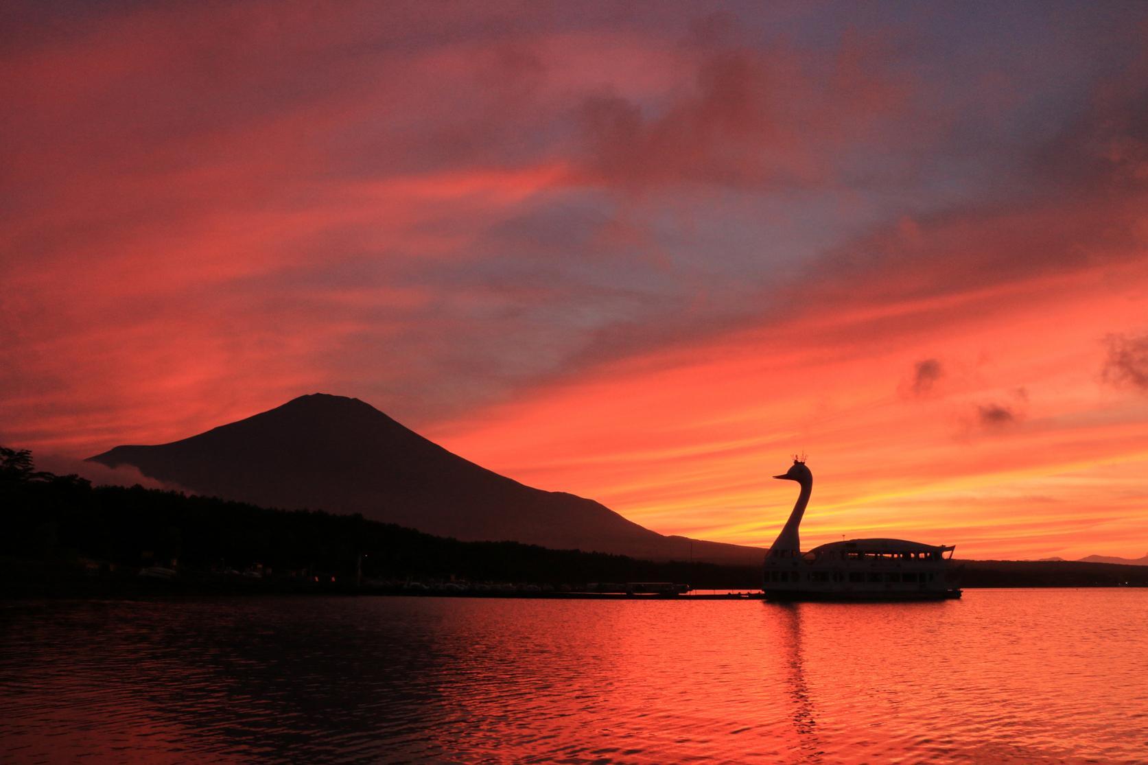 湖と富士山が織りなす四季折々の絶景-6