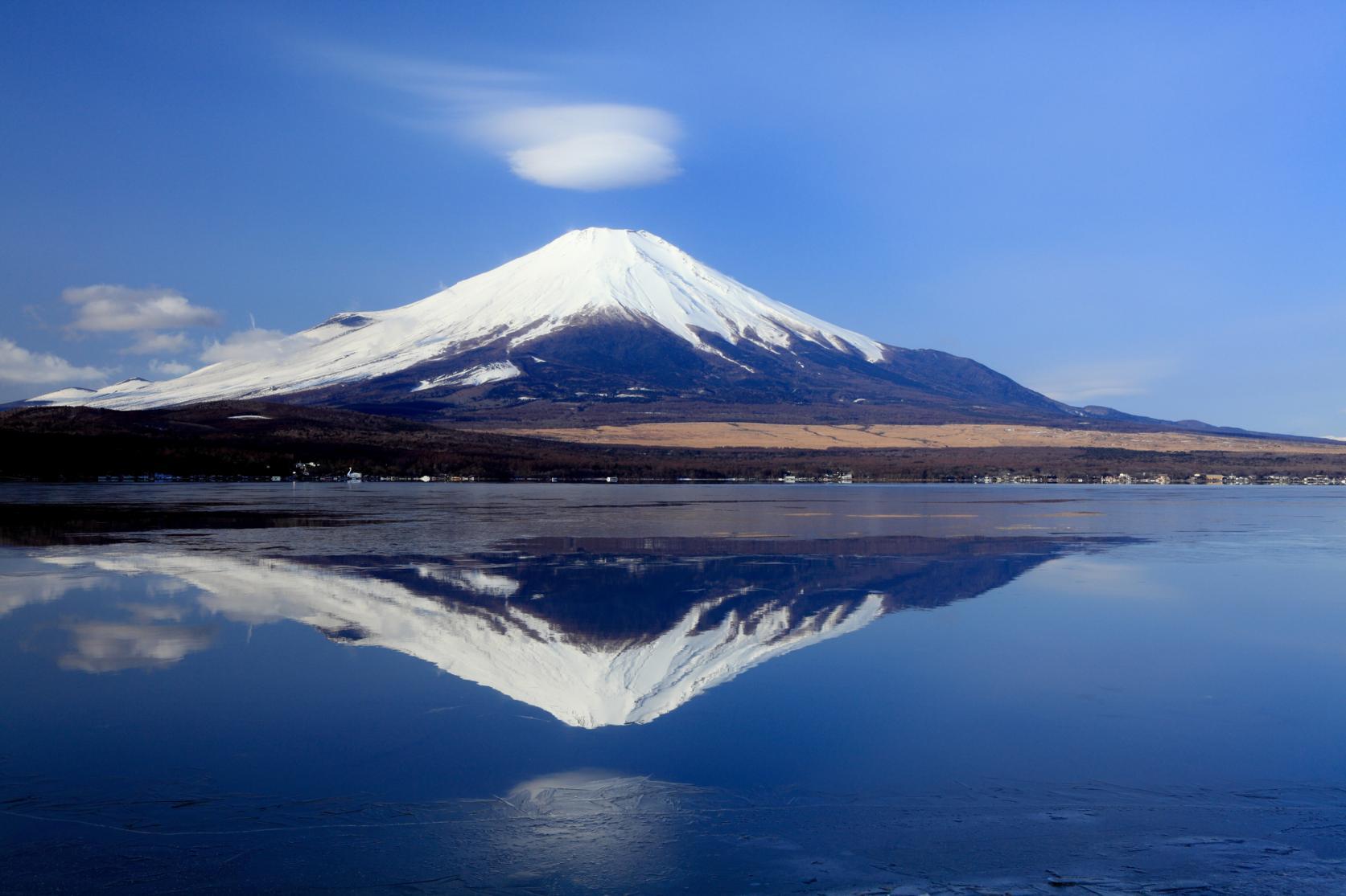湖と富士山が織りなす四季折々の絶景-8