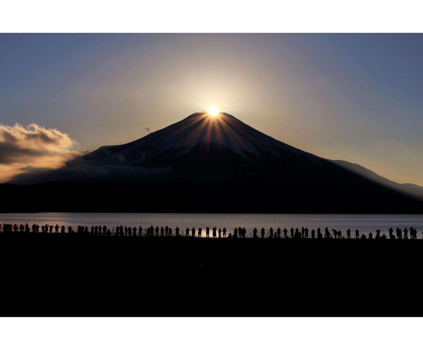 湖と富士山が織りなす四季折々の絶景-7